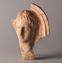 Fragment de protomé représentant une tête féminine