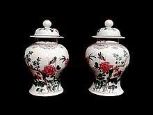 Paire de pots couverts en porcelaine chinoise à décors de sauterelles dans un paysage. H : 28 cm