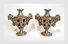 Paire d'appliques en bois doré en forme de vase. XVIIIème siècle. H : 35,5 cm