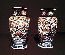 Paire de vases en porcelaine Imari. H : 31 cm. Fèles à l'un