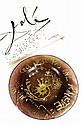 SALVADOR DALI (1904-1989) « Ceci n'est pas une assiette », 1970. Assiette en pâte de verre couleur marron et or. Signée Dali en creux sur la face et gravée au dos «Daum». Numérotée 917/2000. Note : le titre est un clin d'aeil au titre du tableau de