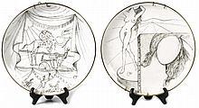 SALVADOR DALI (1904-1989)  « La Récitation » et « La Peinture »  Paire d'assiettes au décor en grisaille de la série « Dali Le Arti ». Manufacture Eschenbach, signées, datées et numérotées avec nombreuses inscriptions au dos. Diamètre : 26 cm