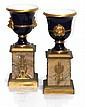 ATTRIBUE à SEVRES XIXème Paire de vases Médicis à anses en mufle de lion en porcelaine à émail bleu cobalt et or, reposant sur un piédestal en marbre jaune de Sienne rehaussé de décorations en bronze doré. Travail français du XIXème siècle.