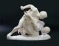 TRAVAIL FRANCAIS XIX ème  Important groupe sculpté en taille directe sur marbre blanc  figurant des lutteurs.   H : 60 cm L : 75 cm P : 40 cm  A dirctly carved, white marble group sculpture .   H : 15 3/4 in L : 27 1/2 in D : 15 3/4 in