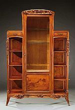 LOUIS MAJORELLE (1859-1926)  Rare vitrine d'exposition en noyer présentant u