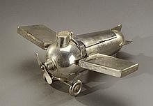 D.G.R.M. Germany  Nécessaire de fumeur en métal argenté figurant un aéroplan