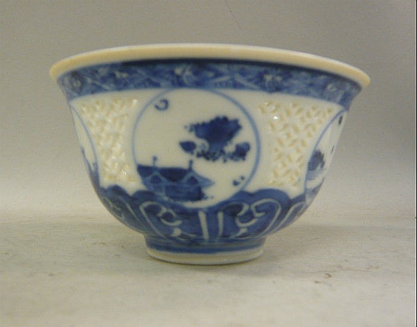 A Chinese Kangxi porcelain bowl, decorated in blue