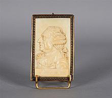 Plaque rectangulaire en ivoire sculpté en bas relief du profil de Louis XVI (1774-1792) vers la gauche, avec l'inscription