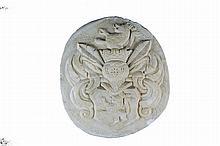 Plaque armoriée de forme circulaire en marbre sculpté en fort relief ; Blason au lion couronné sommé d'un heaume à lambrequins et inscriptions