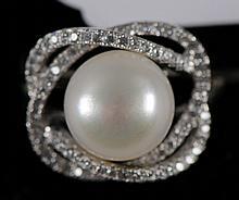 Bague en argent ornée d'un perle de culture blanch
