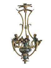 ORIGINAL LUSTRE à sept lumières en bronze et laiton à patine noir et doré. Décor ciselé d'espagnolettes et de feuilles d'acanthe.