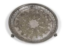 ASSIETTE EN MÉTAL ARGENTÉ à aile en partie ajourée de motifs décoratifs