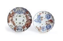 SUITE DE DEUX ASSIETTES en porcelaine à fond blanc.