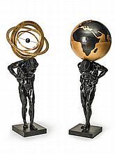 Paire d'atlas en bronze à patine noir et doré, l'un soutenant un globe et l'autre une sphère armillaire.    XXe siècle.