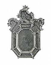 Miroir à parecloses vénitien en verre moulé et gravé.    Forme octogonale couronné d'un fronton chantourné.