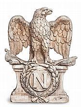 Monumental aigle napoléonien en marbre blanc sculpté.    Les ailes déployées, il enserre dans ses serres des drapeaux et trophées.