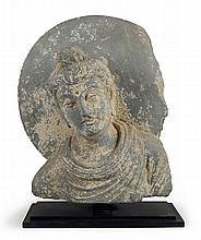Buste de Bouddha auréolé en schiste.    Art Gréco-Bouddhique du Gandhara (Ier - Ve siècle).