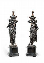 Paire de personnages orientalistes en fonte de fer patinée et partiellement dorée formant candélabres.    Ils représentant un jeune homme et un jeune femme portant une hydrie sur l'épaule.
