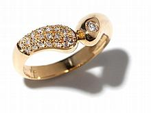 Unusual 18 carat yellow gold ring with diamonds