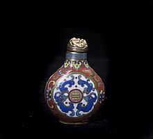 A CLOISONNE-ENAMEL-DECORATED SNUFF BOTTLE