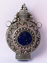 Tibet, Snuff-Bottle aus Silber mit Lapislazulibesatz.