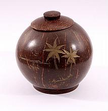 Kokosnuss-Deckelgefäß aus Indien.