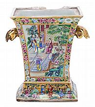 Chinese Canton porcelain jardinière, early 20th century Slight flaw