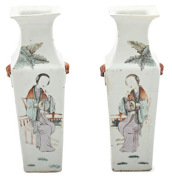 A pair of porcelain Chinese vases, from the 19th century, Red stamp on the base, 25 cm high