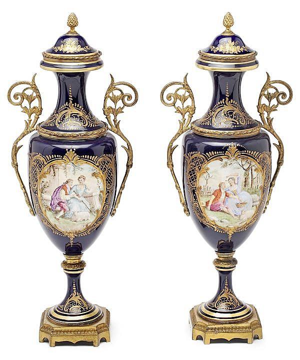 Pareja de jarrones en porcelana de Sèvres con monturas en bronce dorado, de principios del siglo XX