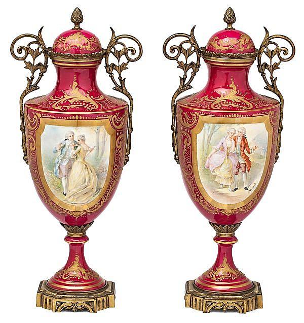 Pareja de jarrones en porcelana de Sèvres con monturas en bronce dorado, de las primeras décadas del siglo XX