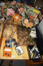 Table lot incl. jewellery chains, cufflinks, qty of preserving jars and faux flowers