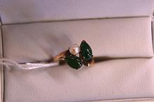 14ct yellow gold ring set with jade & pearl