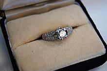 Stunning 18ct white gold ring set with central