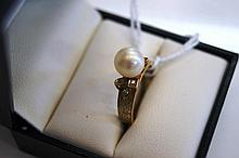 14ct yellow gold ring set with central natural