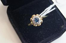 18ct yellow gold ring set with sapphire & 8