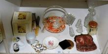 Shelf: to incl. an art glass basket, vintage purse