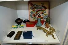 Shelf: oriental to incl. a brass dragon, lacquer
