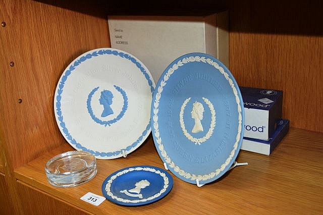 4 Wedgwood Queen Elizabeth commemorative items, 2