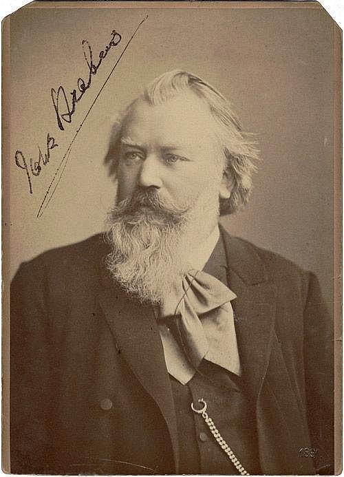 Brahms, Johannes: Porträt-Photographie mit Signatur und Notenzitat