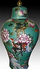 Chinese green Famille Rose Porcelain Lidded Vaseé›?