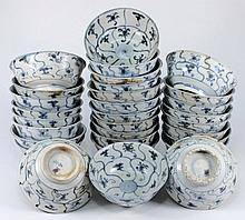 Tek Sing Cargo - Thirty Chinese porcelain bowls: