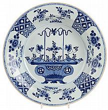 Deep dish with standing and spreaded rim. Chinese porcelain. K'ien Long per