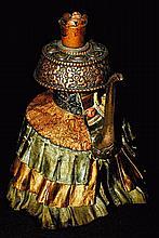 Verseuse rituelle « Bumpa » en alliage de cuivre,  à décor repoussé, et habillé d'un brocart de soie en forme d'ombrelle.  Tibet, XVIIe - XVIIIe siècle. Haut : 23 cm  200/300€
