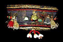 Rare coiffe de chaman brodée de fils d'or, rehaussée de coquillages blanc, de turquoise, tourmaline et lapis-lazuli, ainsi que de médaillons en métal argenté figurant les trois joyaux, les poissons et la conque ; les bords supérieurs et inférieurs