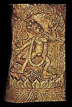 Grande plaque en os sculpté de la dakini Dorje Neljorma, debout sur un lotus jaillissant de l'océan primordial et foulant aux pieds deux personnages. Nue et parée, elle tient ses attributs, le karttrika et le kapala, ainsi que le sceptre khatvanga.