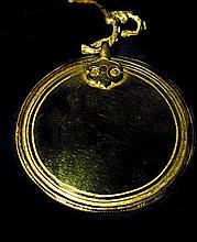 Miroir circulaire melong en alliage de huit métaux, cerné de filets en relief et en creux, et orné d'une attache stylisée. Tibet XVIIIe siècle. Diam. 9,5 cm. 250/350 € Attribut des oracles, ces miroirs symbolisent la capacité de voir l'avenir