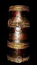Récipient à bière cylindrique Jadung  en bois cerclé de rubans de laiton à décor géométrique estampé.  Tibet, XVIIIe-XIXe siècles. Haut : 25 cm  100/150€