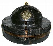 Boite à cymbales en bois recouvert de toile peinte et décoré de cinq écussons en métal finement découpés et ciselés. L'intérieur est capitonné de toile en coton rouge.  Tibet ou Bhoutan, XVIIIe siècle.  500/800€