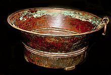 Mesure à grain en cuivre martelé à décor circulaire, sertit d'un anneau de suspension et reposant sur quatre montants rivetés sur le fond.  Tibet, XVIIe-XVIIIe siècle.  Diam : 24 cm  150/200€