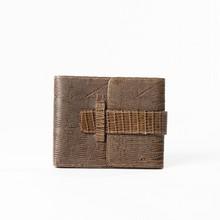 Robert CLERGERIE  Portefeuille, porte-cartes, porte-monnaie en varan kaki, fermeture languette sur rabat. Très bon état.